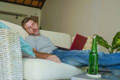 Des Lebensstils Porträt zuhause des jungen attraktiven müden und erschöpften Mannes, der zu Hause einschlafende Sofacouch beim Ar stockfotos