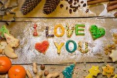 Des lettres de biscuit avec la décoration de Noël sur la table en bois, j'aime Image stock