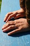 Des mains du ` s de femmes sont basées sur un banc photo libre de droits