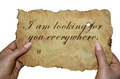 """Des mains tenant le vieux parchemin avec les mots """"je vous recherche partout """" images stock"""
