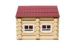 Des maisons en bois modèles faites de rondins sont isolées Photographie stock libre de droits