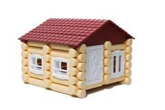 Des maisons en bois modèles faites de rondins sont isolées Photo stock