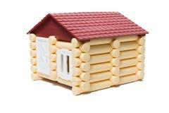 Des maisons en bois modèles faites de rondins sont isolées Photos libres de droits