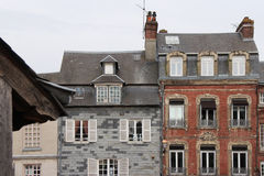 Des maisons jointes situées dans Honfleur, France, ont été construites dans différents styles Image stock