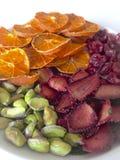Des mandarines et les fraises sont coup?es en tranches et s?ch?es pour d?corer des desserts Du plat sont ?galement les pistaches  photo stock