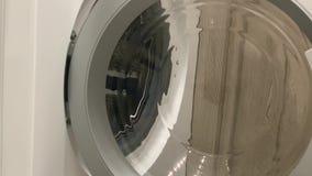 Des Mannes pflücken herauf Kleidungswaschmaschine mit der Hand Saubere und gesunde Konzepte stock video