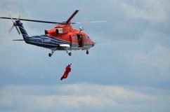 Des Mannes Rettungstraining über Bord mit Hubschrauber Lizenzfreies Stockfoto