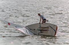 Des Mannes Segelboot über Bord Stockbild