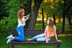 Des meilleurs amis sont photographiés en parc Photographie stock libre de droits