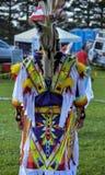 Des Micmac-Mannes des amerikanischen Ureinwohners das bunte Kostüm Lizenzfreies Stockfoto