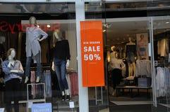 50% des MITTLEREN Einzelhandelsgeschäft JAHRESZEIT-VERKAUFS Lizenzfreies Stockfoto
