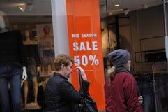 50% des MITTLEREN Einzelhandelsgeschäft JAHRESZEIT-VERKAUFS Stockfotos