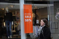 50% des MITTLEREN Einzelhandelsgeschäft JAHRESZEIT-VERKAUFS Stockbilder