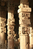 Des modèles floraux et géométriques ont été sculptés sur les piliers d'une galerie chez Qutb minar à New Delhi (l'Inde) Photos libres de droits