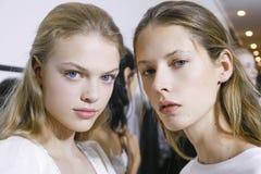 Des modèles sont vus à l'arrière plan en avant de l'exposition de Fausto Puglisi pendant le Milan Fashion Week Spring /Summer 201 Photo libre de droits