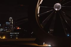 Des Moines, horizonte de Iowa durante noche fotos de archivo