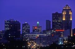 Des Moines linia horyzontu przy nocą, Iowa Obrazy Royalty Free
