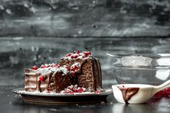 Des moments doux - moments doux - les 'brownie' ont versé le chocolat chaud et liquide, arrosé avec les graines rouges de grenade image libre de droits