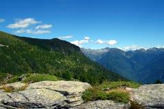 Des montagnes vers l'horizon Photographie stock