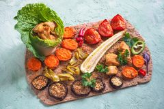Des morceaux de filet de poulet frit dans une feuille de salade avec les légumes grillés sont présentés sur une tortilla de seigl Photo stock