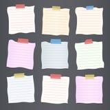 Des morceaux de papier de note rayé coloré chiffonné de coupe sont coincés sur le fond gris-foncé illustration libre de droits