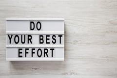 Des mots ?faites votre meilleur effort ?sur le conseil moderne au-dessus du fond en bois blanc, vue sup?rieure A?rien, d'en haut  photos libres de droits