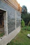 Des murs de la maison sont faits de bouteilles Images libres de droits