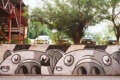 Des murs peints et l'art de graffiti sont dispersés dans la vieille rue Images libres de droits