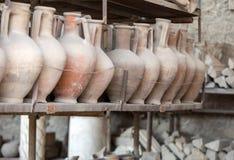 Des navires, les pots et un grand choix d'objets fa?onn?s survivant ? l'?ruption du V?suve ? Pompeii ont ?t? excav?s et catalogu? images libres de droits