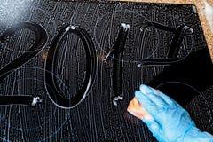 2017 des nombres sont écrits sur la surface de la mousse Photographie stock libre de droits