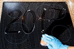 2017 des nombres sont écrits sur la surface de la mousse Image libre de droits