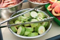 Des nourritures sont préparées pour griller Image stock