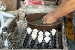 Des oeufs de canard sont lavés et placés dans un plateau photo stock