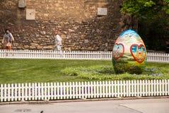 Des oeufs de pâques sont placés sur la place devant la chaise de Zagreb Photos libres de droits