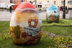 Des oeufs de pâques sont placés sur la place devant la chaise de Zagreb Images libres de droits