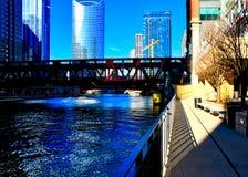 Des ombres de la barrière sont moulées sur le riverwalk à côté de la rivière Chicago un matin dans la boucle du centre photo libre de droits
