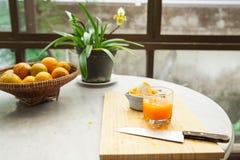 Des oranges sont serrées à la main pour faire un jus d'orange pur et sain Images stock