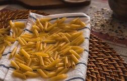 Des pâtes ont préparé pour être faites cuire à la main photographie stock