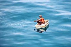 Des pêcheurs sont employés dans la pêche sur les radeaux de flottement improvisés dans le port de Tuticorin, Inde image stock