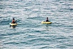 Des pêcheurs sont employés dans la pêche sur les radeaux de flottement improvisés dans le port de Tuticorin, Inde photos stock