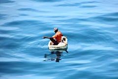 Des pêcheurs sont employés dans la pêche sur les radeaux de flottement improvisés dans le port de Tuticorin, Inde images libres de droits