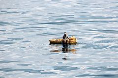 Des pêcheurs sont employés dans la pêche sur les radeaux de flottement improvisés dans le port de Tuticorin, Inde photographie stock libre de droits