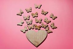 Des papillons de mouche de coeur, d'un symbole de l'amour et du bonheur photo libre de droits