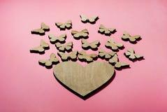 Des papillons de mouche de coeur, une conception pour une carte postale photos stock