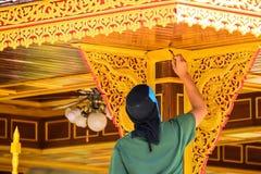 Des peintres sont peints sur le bois photo libre de droits