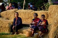 Des personnes plus âgées de Phu Tai reposent et mangent le petit déjeuner à la paille i de riz de pile Photo libre de droits