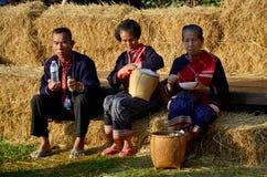 Des personnes plus âgées de Phu Tai reposent et mangent le petit déjeuner à la paille i de riz de pile Photos stock