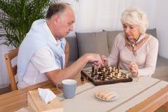 Des personnes plus âgées et amusement le soir Image libre de droits
