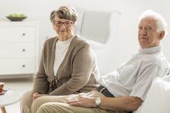 Des personnes plus âgées s'asseyant ensemble Images libres de droits