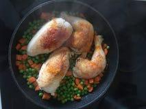 Des pièces de poulet sont faites cuire dans une poêle Images stock